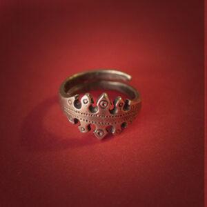 Baltiški papuošalai. Žalvarinis įvijinis žiedas su ornamentu.