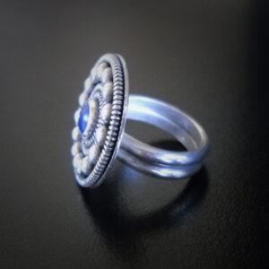 Baltiški papuošalai. Sidabrinis žiedas su lazuritu.