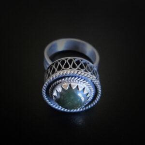Baltiški papuošalai. Sidabrinis žiedas su nefritu.