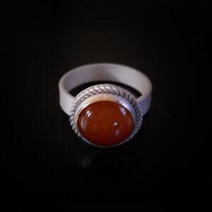 Baltiški papuošalai. Sidabrinis žiedas su karneoliu.