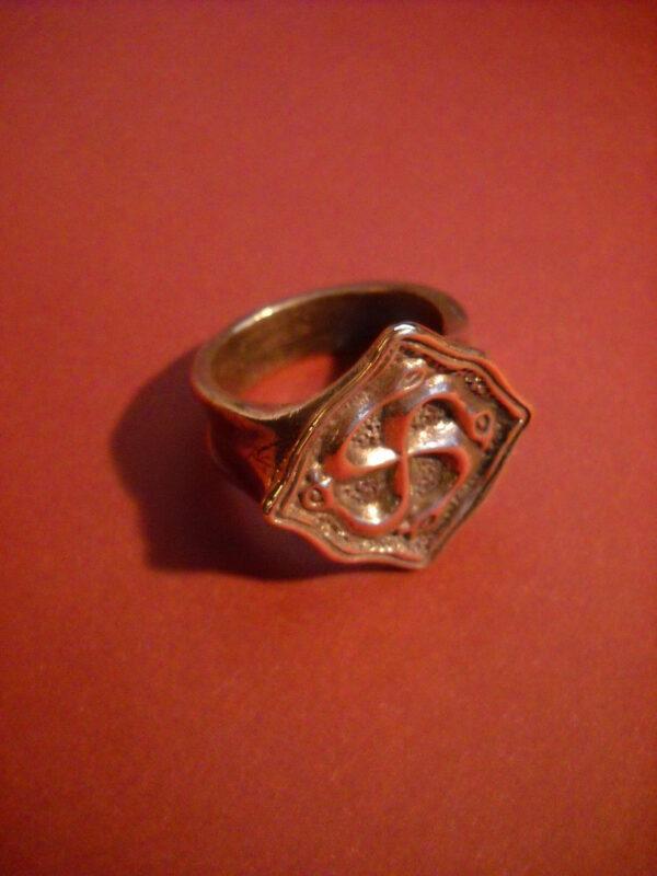 Baltiški papuošalai. Žalvarinis žiedas su žalčių svastika.-849