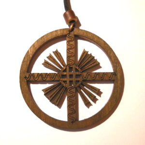 """Papuošalai. Medinis kabutis """"Laukuvos Saulės kryžius"""" (Žemaitija)"""