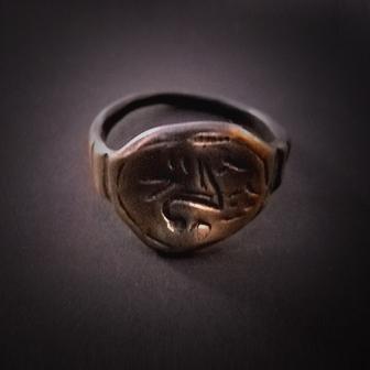 Baltiški papuošalai. Žalvarinis žiedas su ženklais.