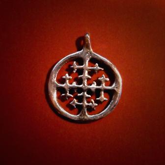 Baltiški papuošalai. Žalvarinis pasidabruotas kabutis - Saulės kryžius