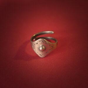 Baltiški papuošalai. Žalvarinis skydinis įvijinis žiedas.