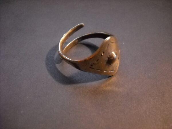 Baltiški papuošalai. Žalvarinis skydinis įvijinis žiedas