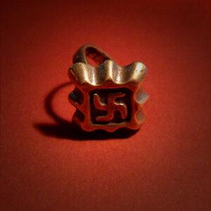 Baltiški papuošalai. Žalvarinis žiedas su svastika - Kernavės radinys.