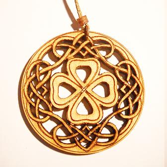 Papuošalai. Medinis kabutis - Keltiškas dobilas