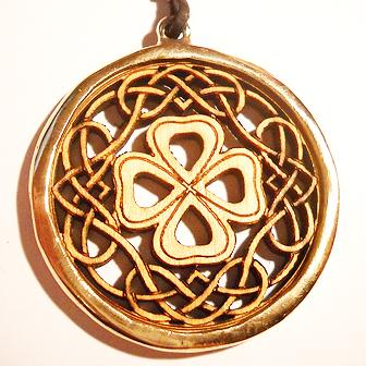 Papuošalai. Medinis kabutis - Keltiškas dobilas - su žalvariu