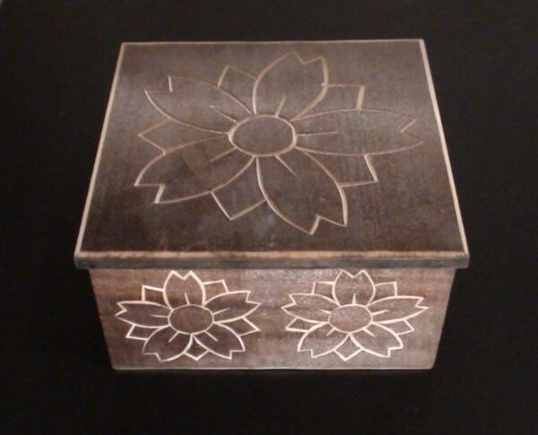 Medinė rankų darbo drožinėta dėžutė XXIV, 14x14cm