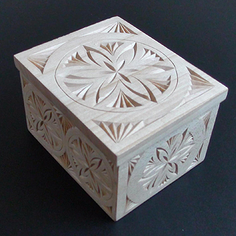 Medinė rankų darbo drožinėta dėžutė IX, 10x8cm