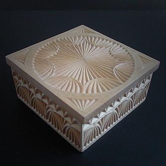 Medinė rankų darbo drožinėta dėžutė X, 10x10cm