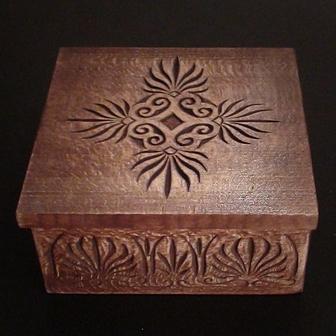 Medinė rankų darbo drožinėta dėžutė XI, 10x10cm