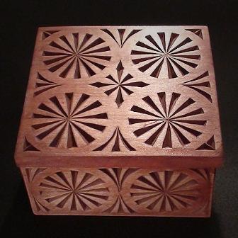 Medinė rankų darbo drožinėta dėžutė XII, 10x10cm