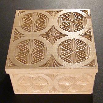 Medinė rankų darbo drožinėta dėžutė XIII, 10x10cm