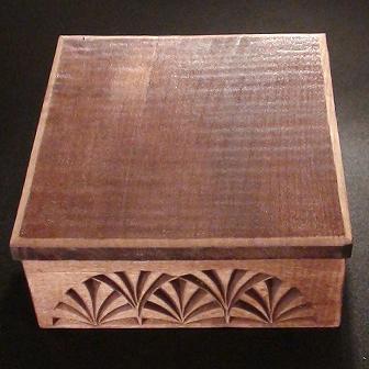 Medinė rankų darbo drožinėta dėžutė XV, 11,5x11,5cm