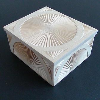 Medinė rankų darbo drožinėta dėžutė XVII, 12x10cm