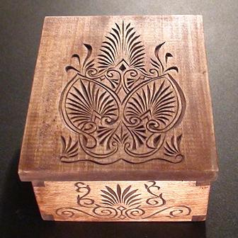 Medinė rankų darbo drožinėta dėžutė XIX, 12x10cm