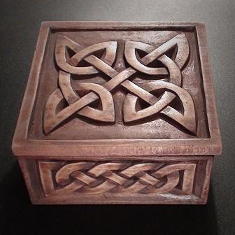 Medinė rankų darbo drožinėta dėžutė XX, 12x12cm