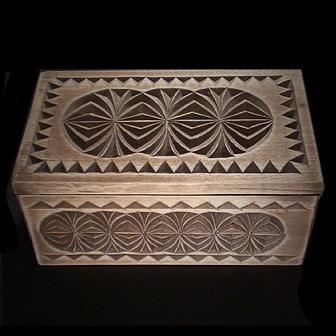 Medinė rankų darbo drožinėta dėžutė XXII, 13x8cm