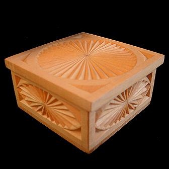 Medinė rankų darbo drožinėta dėžutė XXVII, 8,8x8,5cm