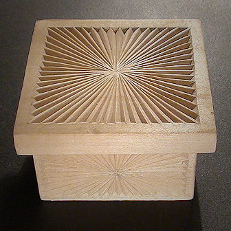 Medinė rankų darbo drožinėta dėžutė II, 8x8cm