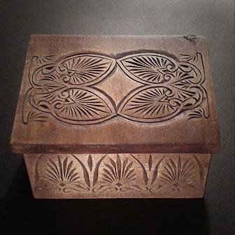 Medinė rankų darbo drožinėta dėžutė III, 8x10cm