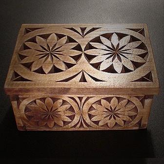 Medinė rankų darbo drožinėta dėžutė IV, 8x12cm