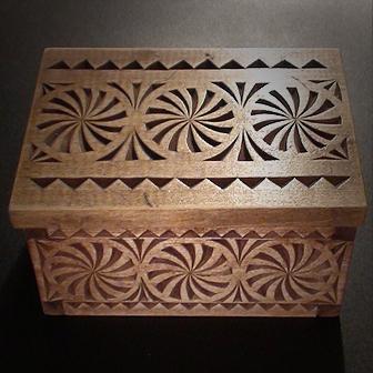 Medinė rankų darbo drožinėta dėžutė V, 8x12cm