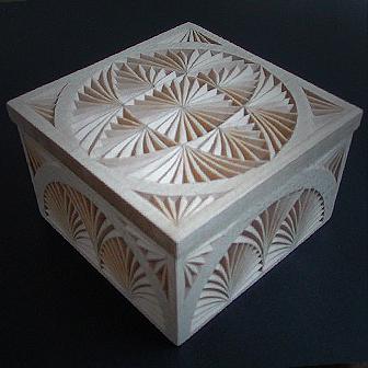 Medinė rankų darbo drožinėta dėžutė VI, 9x9cm