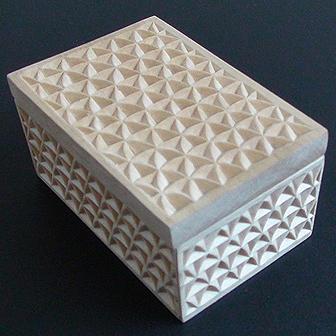 Medinė rankų darbo drožinėta dėžutė VII, 10x6cm