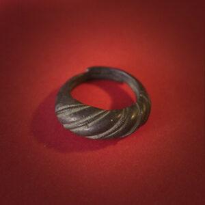 Baltiški papuošalai. Žalvarinis įvijinis žiedas - juodas.