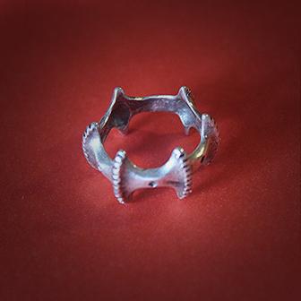 Baltiški papuošalai. Žalvarinis pasidabruotas žiedas dantytas.