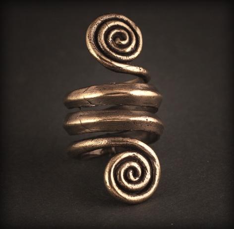 Baltiški papuošalai. Žalvarinis įvijinis žiedas - Žalčiai su laiko simbolika.