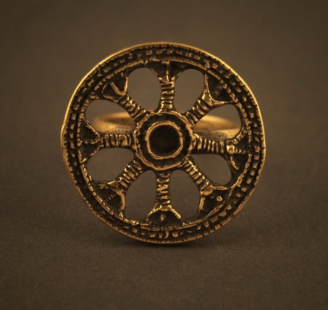Baltiški papuošalai. Žalvarinis įvijinis žiedas - su Saule iš 8 apsauginių rūnų.