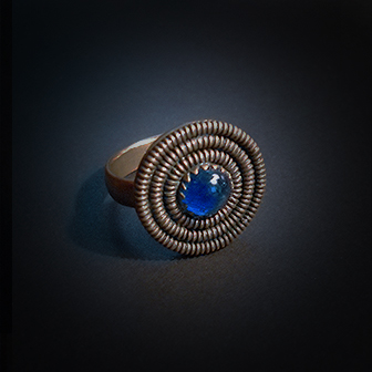 Baltiški papuošalai. Žavarinis žiedas su akmeniu.