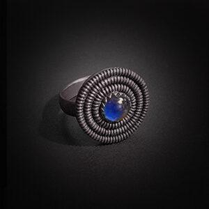 Baltiški papuošalai. Sidabrinis žiedas su akmeniu.