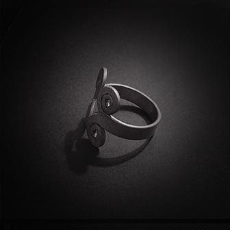 Baltiški papuošalai. Sidabrinis žiedas - su laiko simbolika.