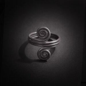 Baltiški papuošalai. Sidabrinis įvijinis žiedas - Žalčiai su laiko simbolika II.
