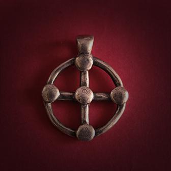 Baltiški papuošalai. Žalvarinis kabutis - Saulės kryžius I.