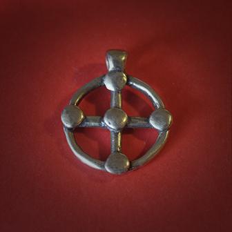 Baltiški papuošalai. Žalvarinis pasidabruotas kabutis - Saulės kryžius I.