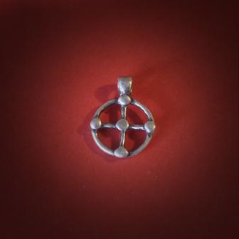 Baltiški papuošalai. Žalvarinis pasidabruotas kabutis - Saulės kryžius I - mažas.