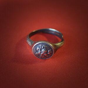 Baltiški papuošalai. Žalvarinis įvijinis žiedas su Vyčiu.