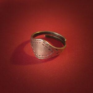 Baltiški papuošalai. Žalvarinis įvijinis žiedas su rombu.