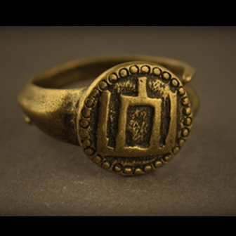 Baltiški papuošalai. Žalvarinis įvijinis žiedas su Gediminaičių stulpais.
