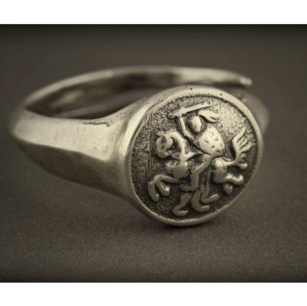 Baltiški papuošalai. Žalvarinis pasidabruotas įvijinis žiedas su Vyčiu.