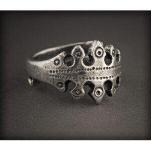 Baltiški papuošalai. Žalvarinis pasidabruotas įvijinis žiedas su ornamentu.