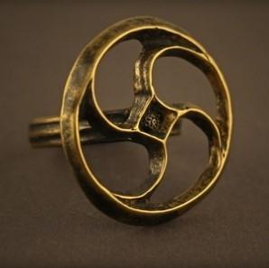 Baltiški papuošalai. Žalvarinis žiedas su - Svastika - sukūriu.