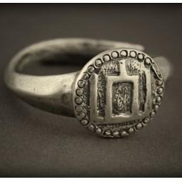 Baltiški papuošalai. Žalvarinis pasidabruotas įvijinis žiedas su Gediminaičių stulpais.